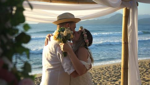 Casamento na praia é a escolha de muitos noivos, mais leve e informal