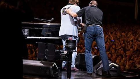 Saiba mais sobre a pneumonia atípica que fez com que Elton John interrompesse show