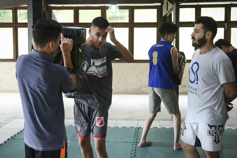 Adolescentes praticam aulas de luta no Parque Barreirinha