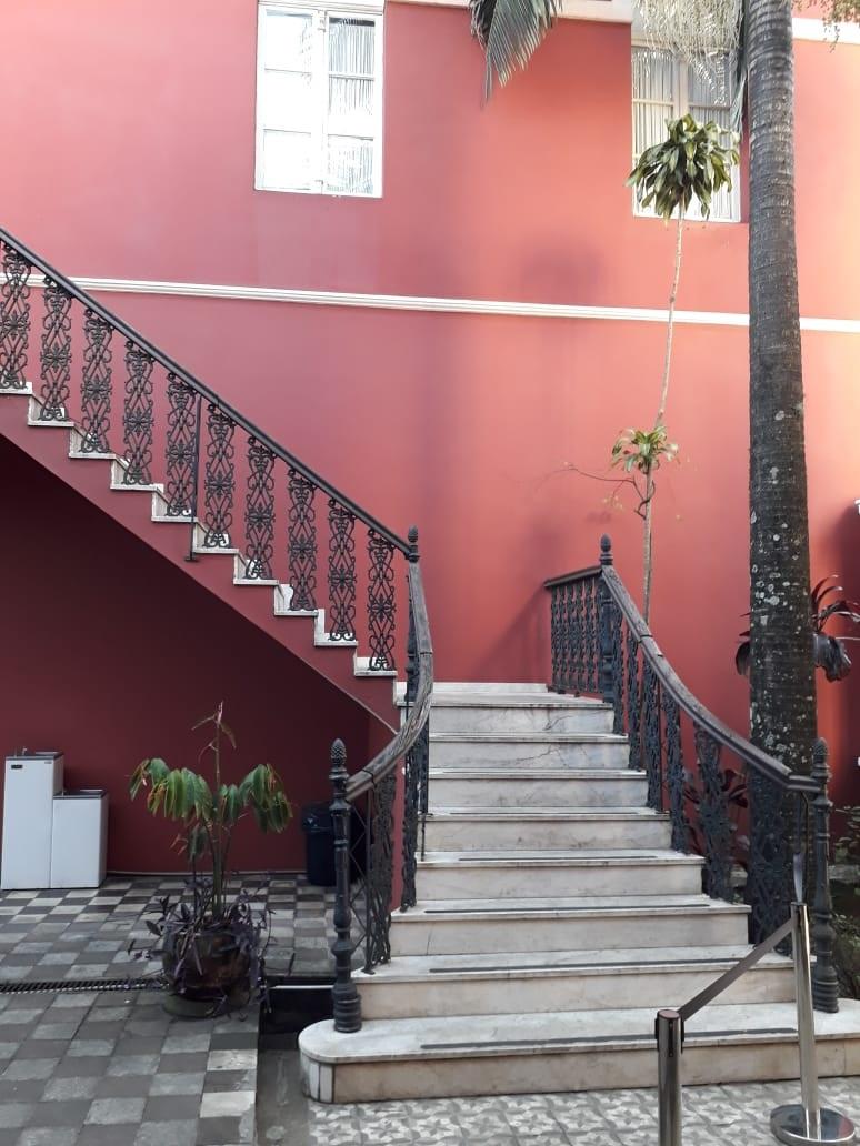A escadaria de mármore dá