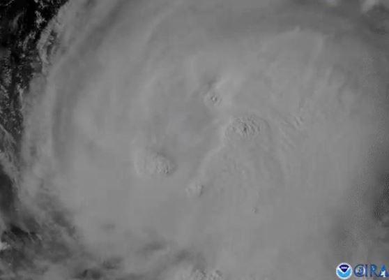 Furacão Laura visto de um satélite, em imagem obtida de um vídeo via mídia social 25/08/2020 NOAA via REUTERS