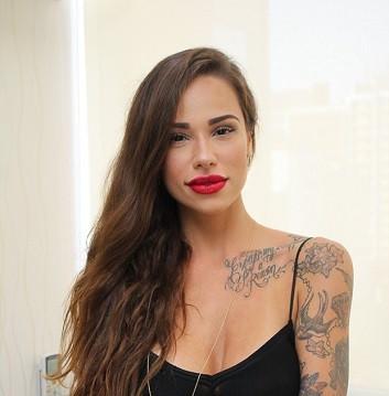 Especialista em caligrafias, tatuadora se destaca no cenário paulistano