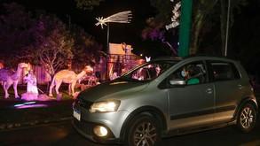 Famílias se encantam com o Natal drive-thru do Parque Barigui