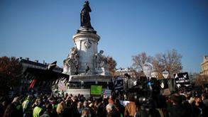 Polícia atira gás lacrimogêneo em protesto em Paris