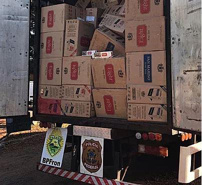Caminhão é flagrado com 800 caixas de cigarros