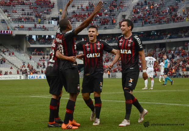 Atlético goleia vitória e mostra reação