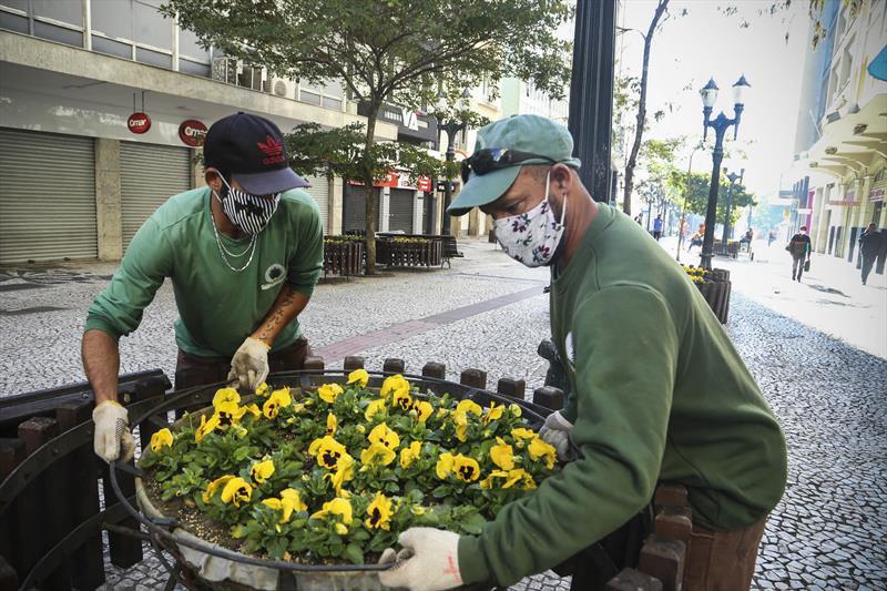 Equipes da produção vegetal trocam vasos das floreiras da XV, por flores amarelas em razão da da campanha de segurança no trânsito. Curitiba, 18/05/2020. Foto; Luiz Costa /SMCS
