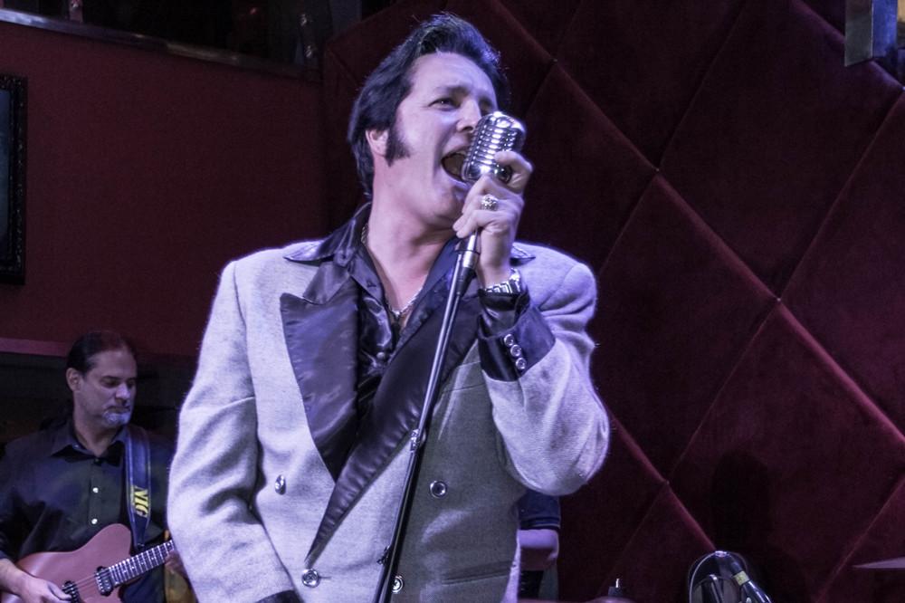 Cover de Elvis Presley se apresenta no Hard Rock Café