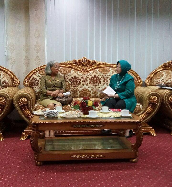 Foto pertemuan Ketua Umum PPTI dengan Ketua Umum TIM Penggerak PKK