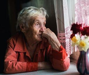 Depresión-en-la-tercera-edad-Anciana-mirando-la-ventana-e1562032836732.jpeg