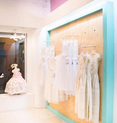 Panel exhibidor de madera para tienda de ropa
