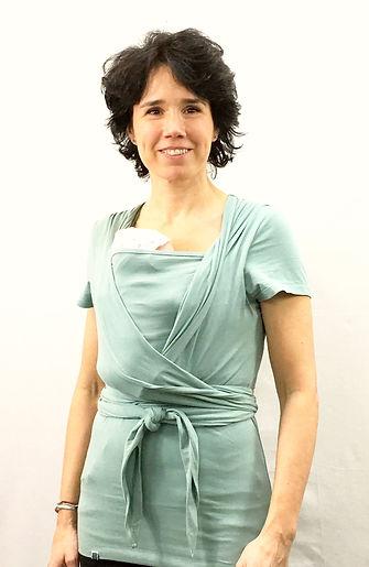 Matrona con la camiseta portabebé para cuidados madre canguro
