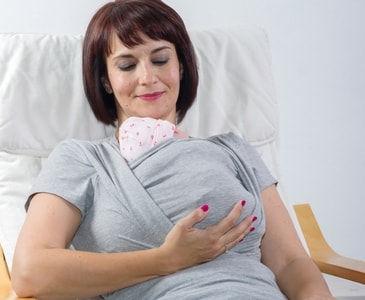 Método canguro con bebés prematuros en camiseta de porteo