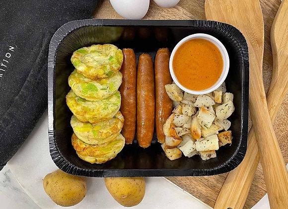 Fritatas poireaux & fromage de chèvre, servies avec saucisses déjeuner, patates