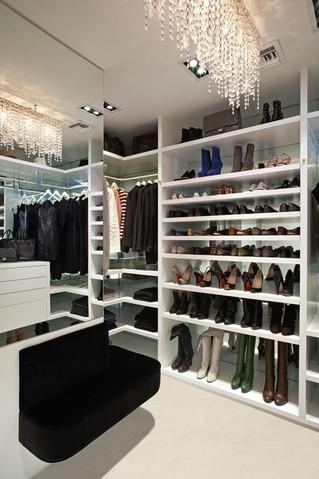 خزانة الملابس مع مرآة ممتدة من الأرض إلى السقف