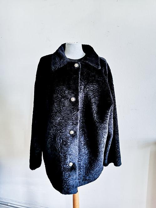 Manteau noir en fausse fourrure