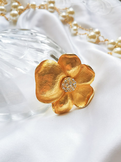 Broche dorée en forme de fleur