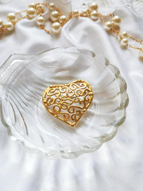 Broche dorée en forme de cœur