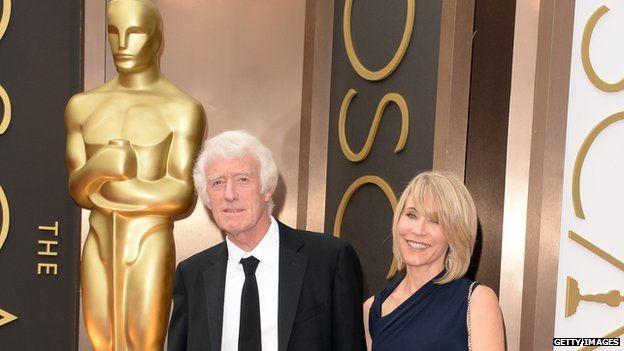 狄金斯的太太潔米絲 艾利斯(James Ellis),是一位場記(Script Supervisor)。他們一起參加2014奧斯卡頒獎典禮,他因Prisoners(私法爭鋒)一片獲得提名。