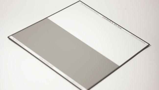 圖卡的背面具有白平衡區域及18%灰的區域,可用來做落點的量測