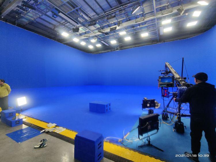 隱身在宜蘭頭城田野之間的堅達資訊實業虛擬攝影棚,曾經製作、支援過許多知名影片的拍攝工作。毛履兆攝