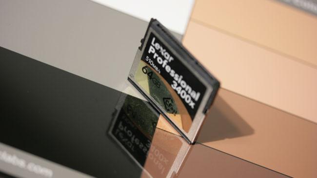 圖卡的表面具有高反光,只要它不反射任何發亮物體,可獲得比較好的黑