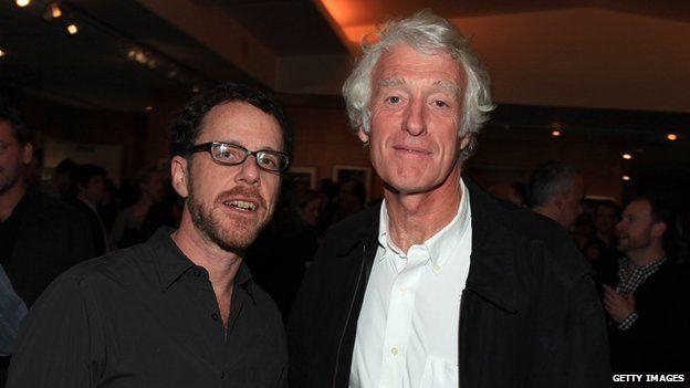 狄金斯與科恩兄弟已經合作了十一部電影。此為狄金斯和伊森科恩(Ethan Coen)在最近他們合作的Grit True(真實的勇氣)放映時的合影。