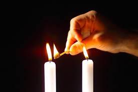 Imagen obtenida gracias a https://fundamentoshebreos.com/cuando-quien-y-como-se-encienden-las-velas-de-shabbat-y-festividades/