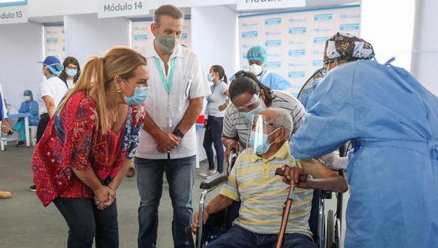 EsSalud vacunó contra el COVID-19 a 400 adultos mayores de 85 años