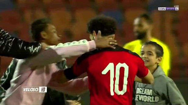 Hincha intentó besar a Mohamed Salah