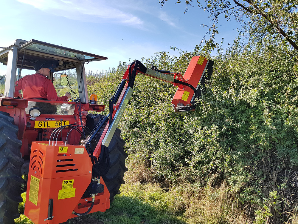 The FarmMaster HHFL-1000 has a tractor hedge cutter 2.5 m reach which is fully controllable via the remote control which can be easily mounted in the cabin or near the operator