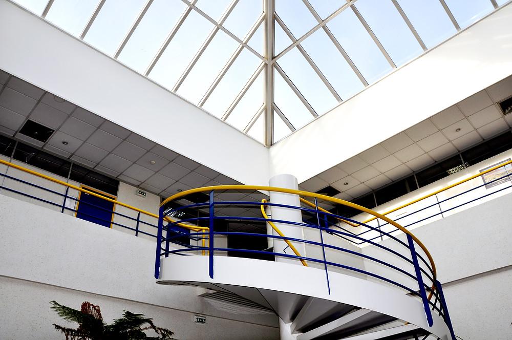 Hall intérieur centre de formation ACTION Formation, vue de l'escalier vers l'étage.