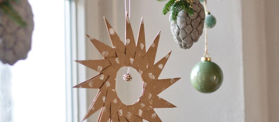 Weihnachtliche Fensterdeko im natürlichen Look