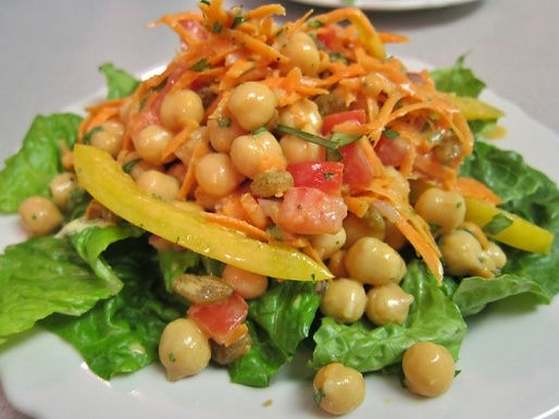 Chickpea salad with dressing