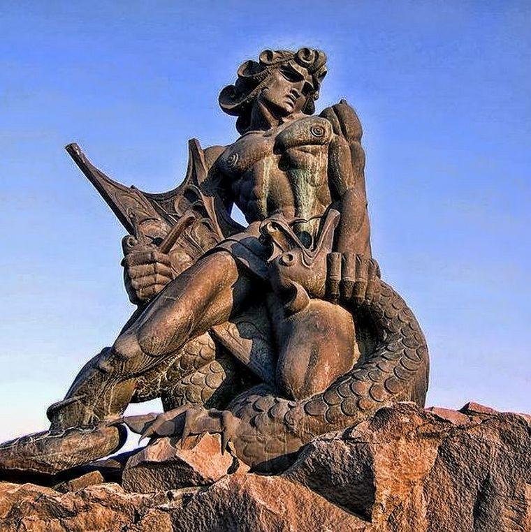 Бог армянского языческого пантеона Ваагн, побеждающий вишапа. Памятник в Ереване