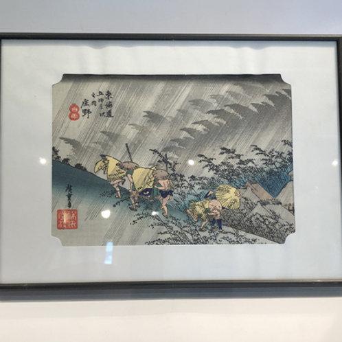 Mooiebeschilderde tegelgemaakt in Japan . In houten frame op voetjes. 28x21x2cm