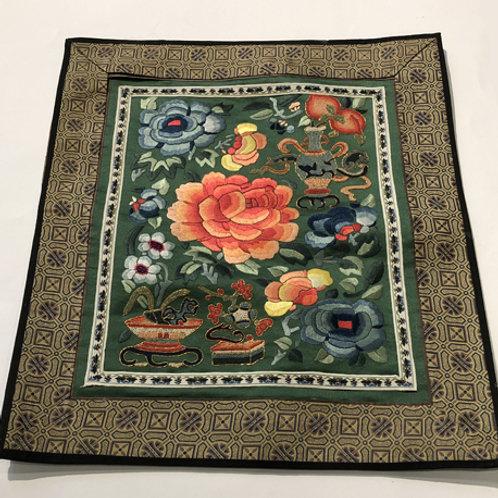 Hand geborduurde kleedjes  Materiaal: 100% zijden  Land: China  roze bloem