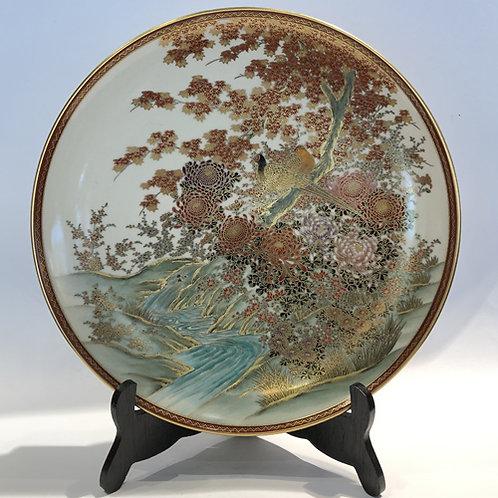 Hand beschilderde Satsuma bord.  26cm hoog.  Met pioenen, bamboe en een mooie goudfazant