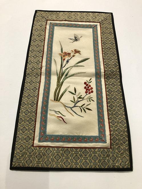 Hand geborduurde kleedjes  Materiaal: 100% zijden  Land: China  vlinder