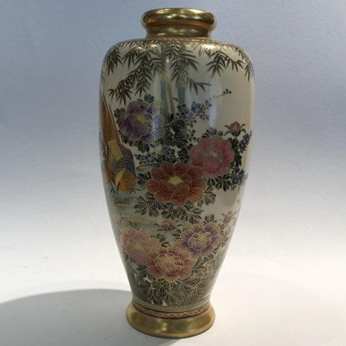 Hand beschilderde Satsuma Vaas.  26cm hoog.  Met pioenen, bamboe en een mooie goud fazant.