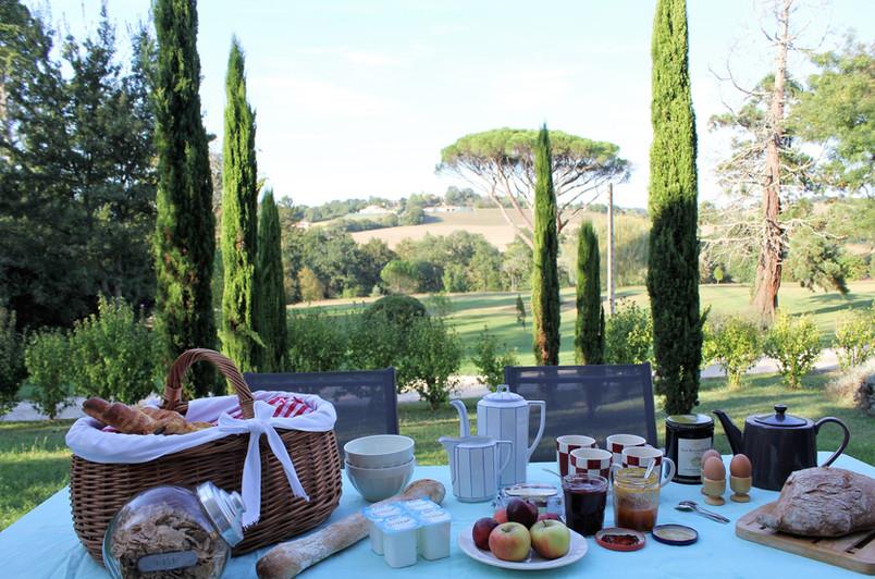 Petit déjeuner en terrasse, l'Orangerie