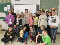 Mme Linda Dufault, « ortie -cultrice », et les élèves