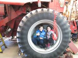 Julien et Loganne dans la roue de la moissonneuse-bateuse