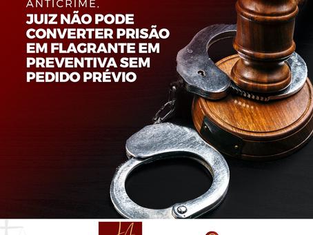 Juiz não pode converter prisão em flagrante em preventiva sem pedido prévio