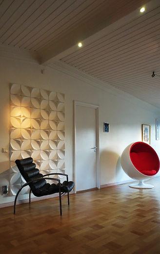 Modern stuckatur som väggbeklädnad och taklist