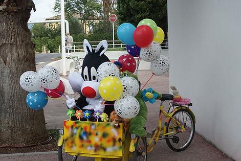 Ze Crazy Bike avec La compagnie Lune à l'autre Triporteur animé et sonorisé avec maquillage et balooningdrome