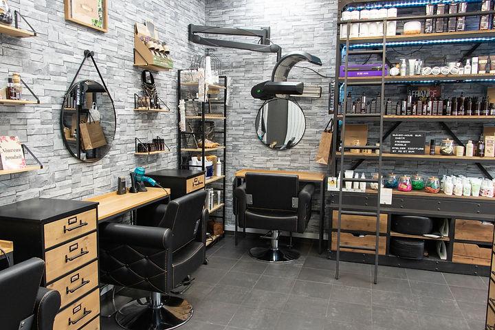 Intérieur de l'atelier coté étagère