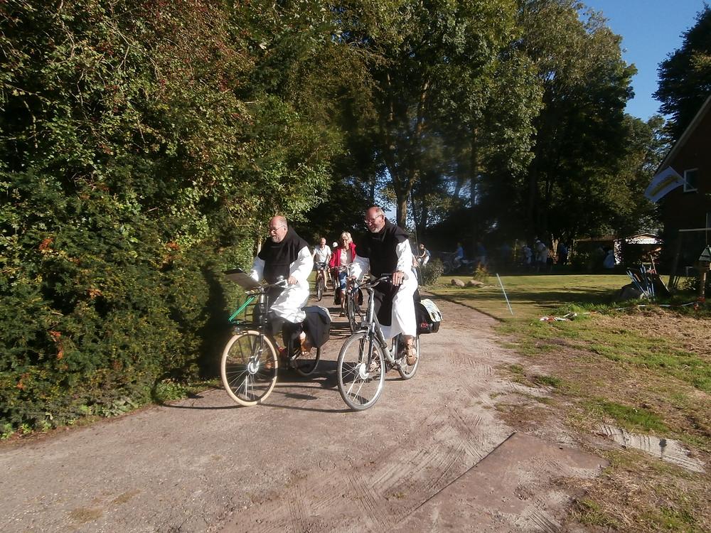 broeder Henricus en Johannes fietsen voorop, zuster Maria met bel achteraan het peloton..