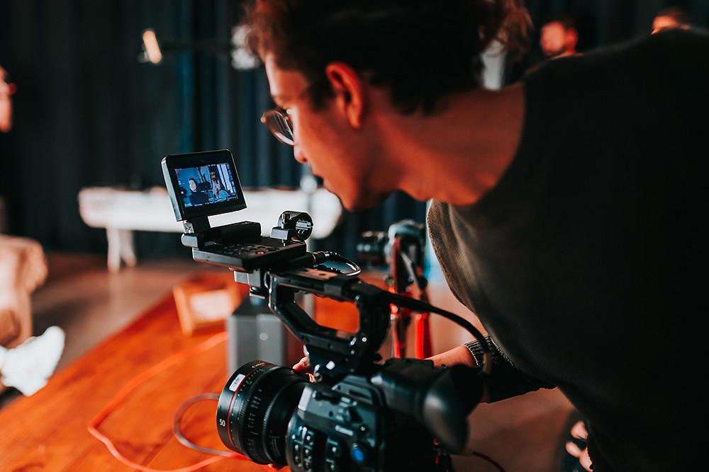 Foto de un hombre sosteniendo una cámara de video.