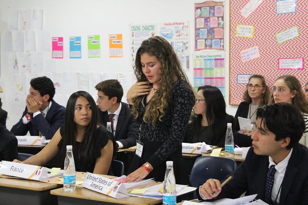Delegados de secundaria y preparatoria participan en debates